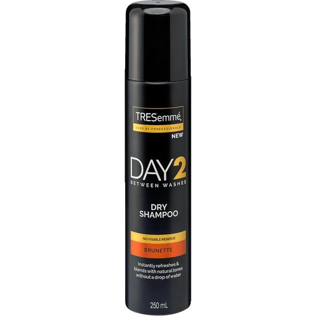 TRESemme Day 2 Dry Shampoo For Brown Hair Ξηρό Σαμπουάν Φρεσκαρίσματος για Μέτρια Έως Σκούρα Καστανά Μαλλιά 250ml